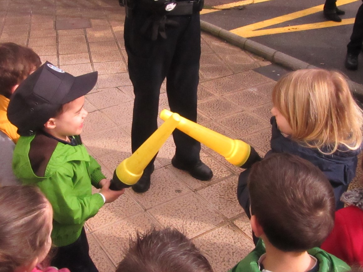 E. Infantil Visita La Policía Local De Gozón Y El Muelle De Luanco